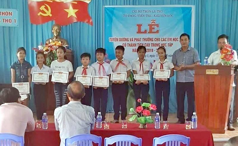 Tổ đảng viên trẻ Chi bộ thôn La Thọ 1 trao phần thưởng cho học sinh có thành tích cao trong học tập của thôn. Ảnh: H.G