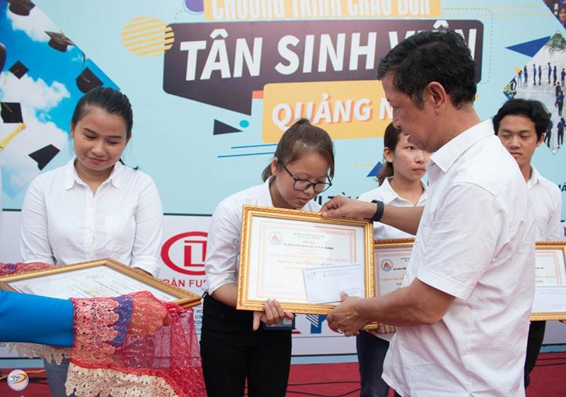 Ban liên lạc sinh viên Quảng Nam đã trao 15 suất học bổng cho sinh viên nghèo học giỏi Quảng Nam tại TP.Hồ Chí Minh. Ảnh: H.P