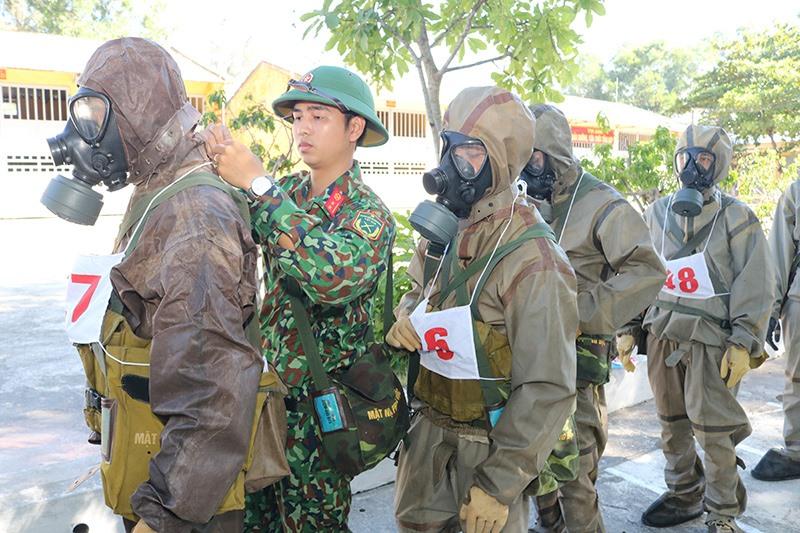 Cán bộ Đại đội kiểm tra việc mang đeo vũ khí, trang bị của bộ đội trước khi vận động. Ảnh: A.K