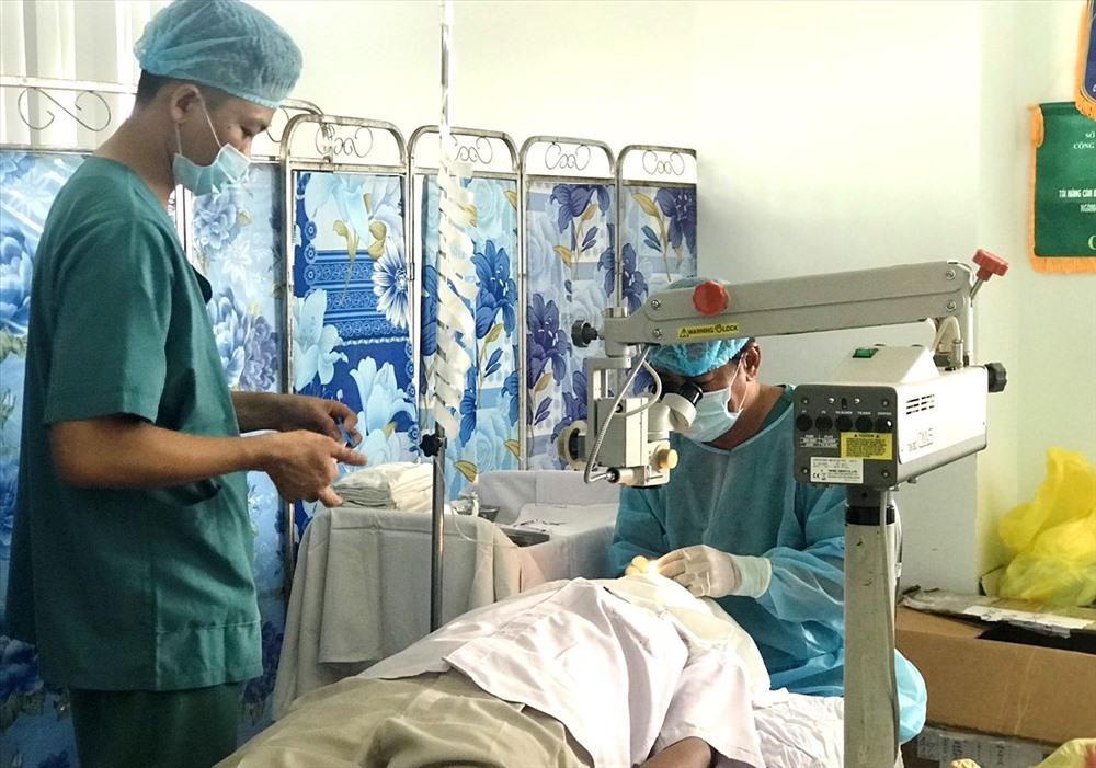 Các y, bác sĩ phẫu thuật mắt cho người dân. Ảnh: V.A