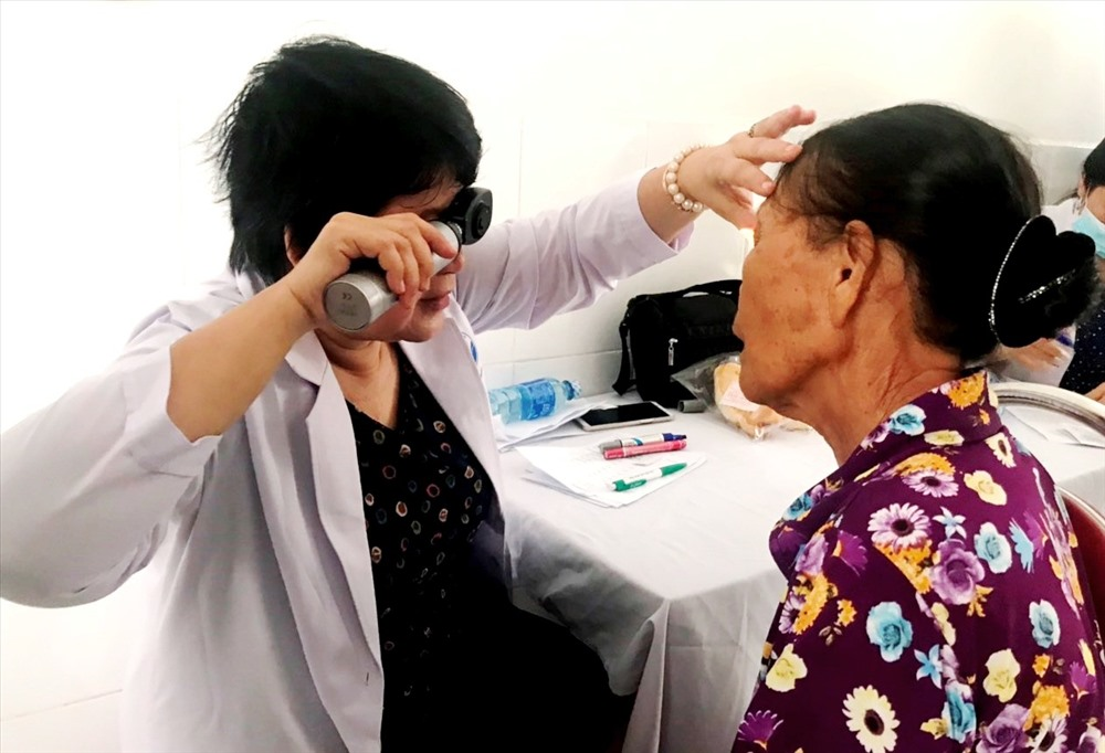 Khám sàng lọc để phát hiện các bệnh lý về mắt. Ảnh: V.A