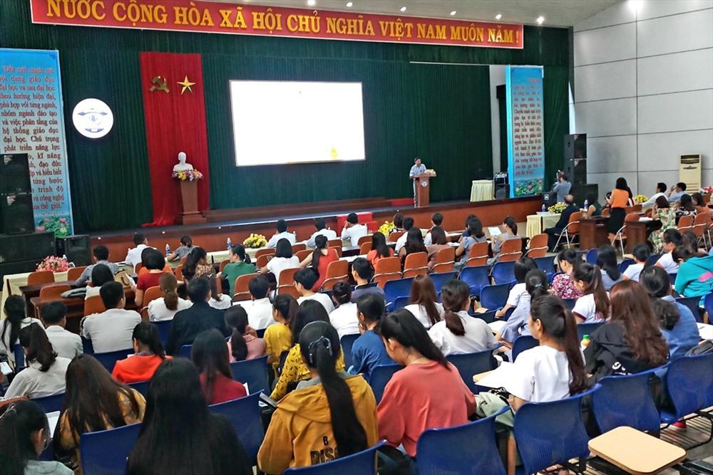 Chương trình hội thảo thu hút đông đảo giáo viên, sinh viên Trường Đại học Quảng Nam tham dự. Ảnh: A.N