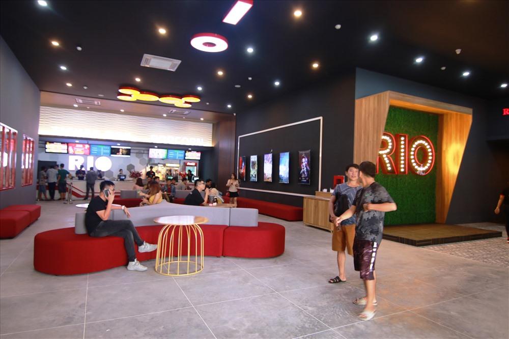Các bạn trẻ hào hứng đến xem phim tại rạp Rio Cinemas Tam Kỳ. Ảnh: K.L