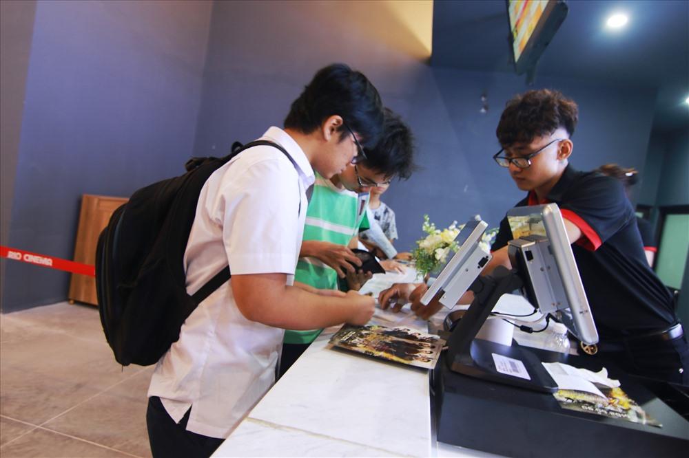 Nhiều bạn trẻ cố gắng săn vé ngay ngày công chiếu đầu tiên. Ảnh: K.L