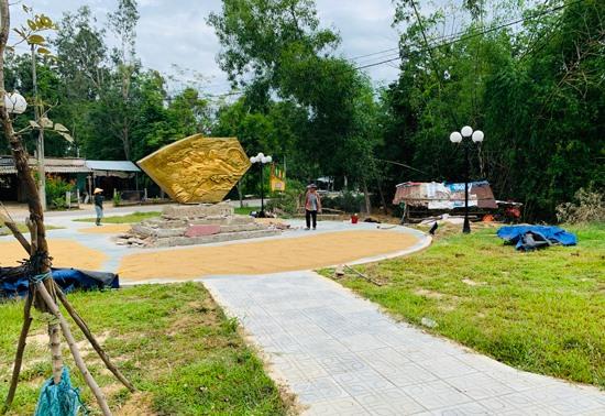 Toàn cảnh công trình Bia di tích lịch sử Ao Lầy - Kỳ Thịnh và tiểu hoa viên xung quanh. Ảnh: PHAN VINH