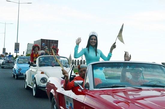Hoa hậu Trần Tiểu Vy dẫn đầu đoàn diễu hành. Ảnh: V.LỘC