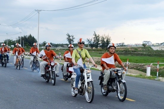 ... cùng 60 xe máy, xe đạp cổ tham gia diễu hành. Ảnh: V.LỘC