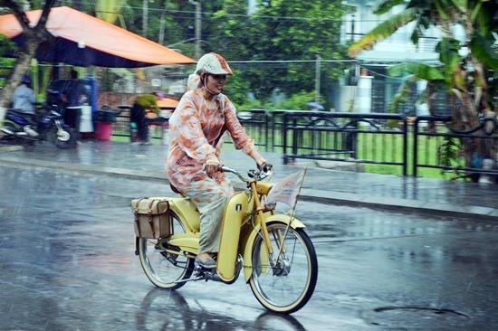 Dù trời đổ mưa nhưng đoàn diễu hành vẫn tiếp tục cuộc hành trình. Ảnh: V.LỘC