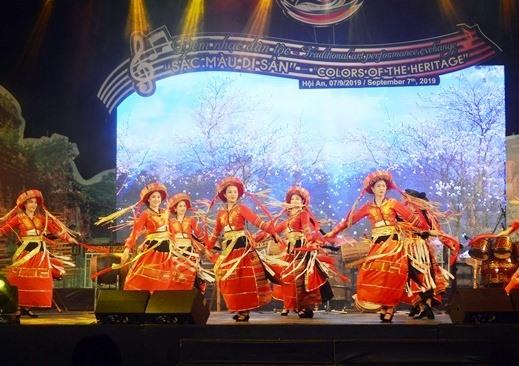 Trình diễn nét văn hóa các dân tộc tại đêm nhạc. Ảnh: VĨNH LỘC