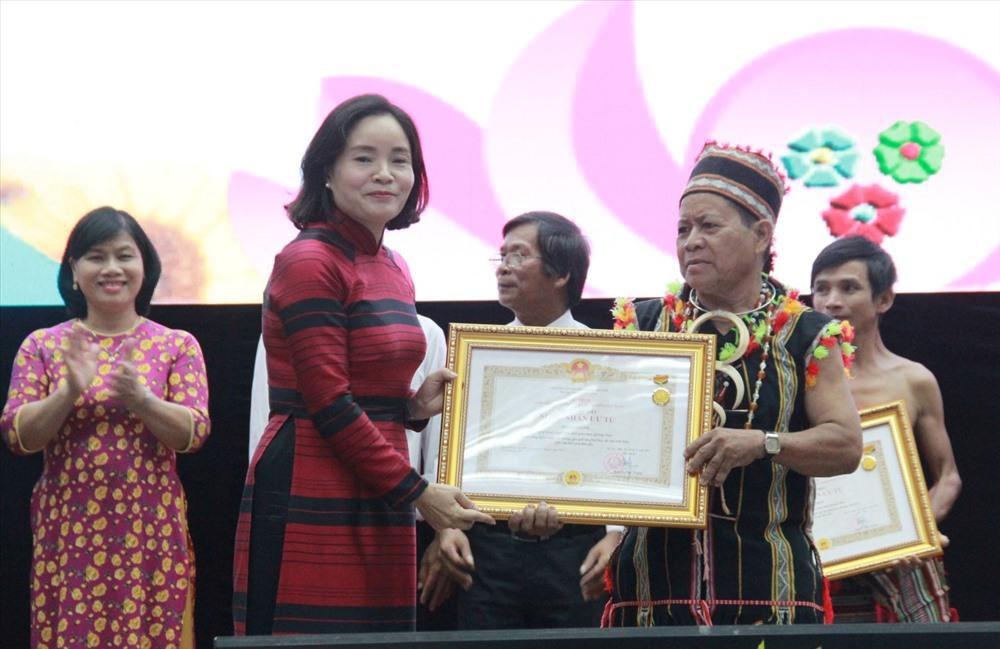 """Thừa ủy nhiệm của Chủ tịch nước, Thứ trưởng Bộ VH-TT&DL Trịnh Thị Thủy trao danh hiệu """"Nghệ nhân ưu tú"""" cho các cá nhân. Ảnh: X.H"""