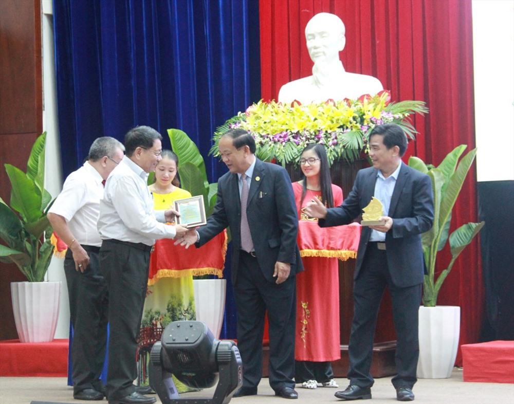 Lãnh đạo tỉnh trao quà lưu niệm cho các cá nhân có nhiều đóng góp trong quá trình bảo tồn di sản. Ảnh: X.H