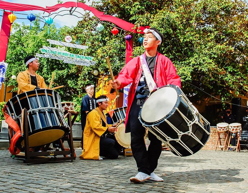Các nghệ nhân Nhật Bản biểu diễn trống trong Chương trình Giao lưu văn hóa Hội An - Nhật Bản lần thứ XVI - 2018. Ảnh: PHƯƠNG THẢO