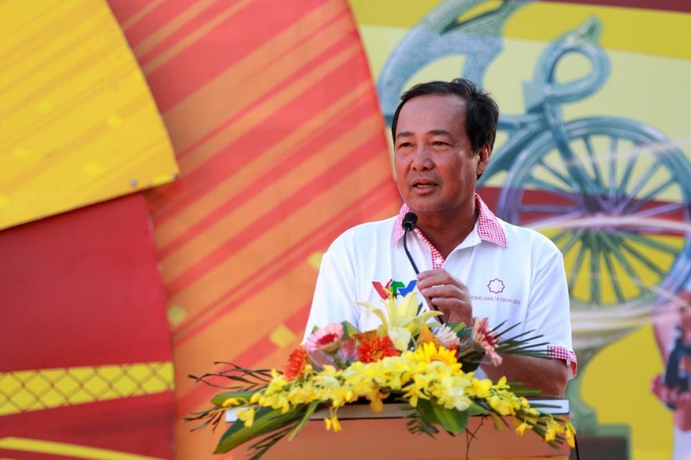 Phó Chủ tịch Thường trực UBND tỉnh Huỳnh Khánh Toàn phát biểu chào mừng các đội đua trước khi xuất phát. Ảnh: T.C