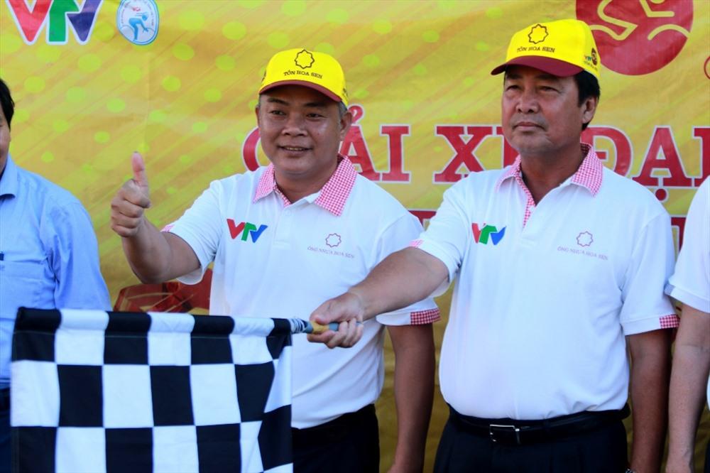 Phó Chủ tịch Thường trực UBND tỉnh Huỳnh Khánh Toàn phất cờ bắt đầu chặng đua cuối. Ảnh: T.C