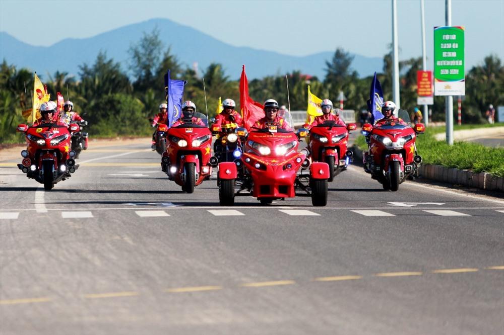 Đoàn mô tô dẫn đầu bảo vệ đoàn đua. Ảnh: T.C