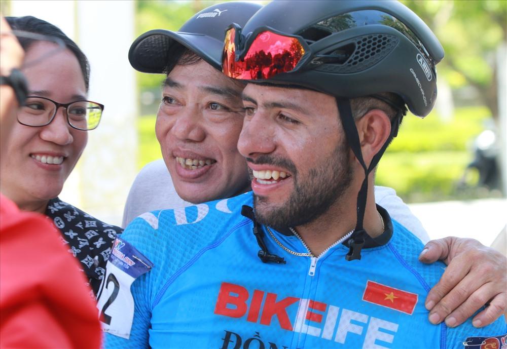 Jordan Parra vui vẻ chụp hình lưu niệm cùng người hâm mộ xứ Quảng. Ảnh: T.C
