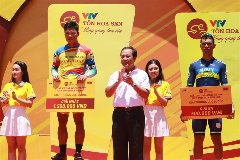 Phó Chủ tịch Thường trực UBND tỉnh Huỳnh Khánh Toàn trao các giải thưởng dọc đường cho các đội đua. Ảnh: T.C