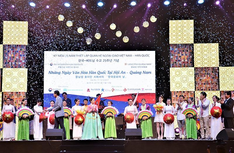Đoàn văn hóa nghệ thuật Hàn Quốc biểu diễn tại Hội An. Ảnh: L.Q
