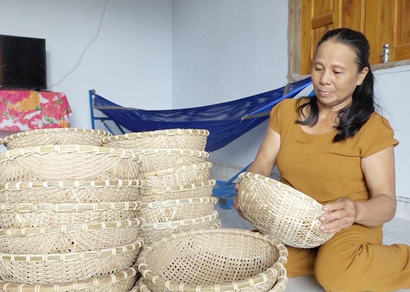 Sản phẩm rổ tre của chị Nguyễn Thị Tâm. Ảnh: GIANG BIÊN