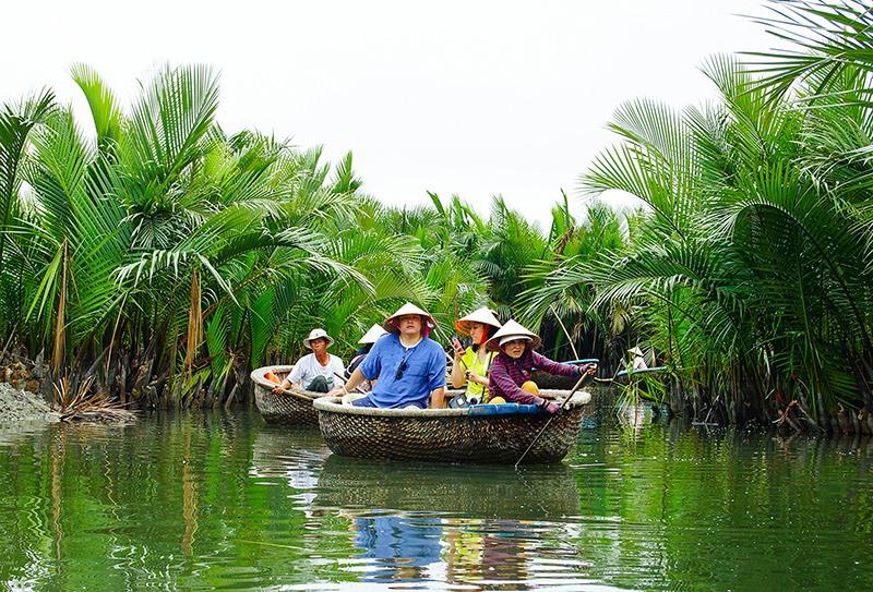 Du khách khám phá rừng dừa nước Bảy Mẫu (Cẩm Thanh - Hội An). Ảnh: PHƯƠNG THẢO