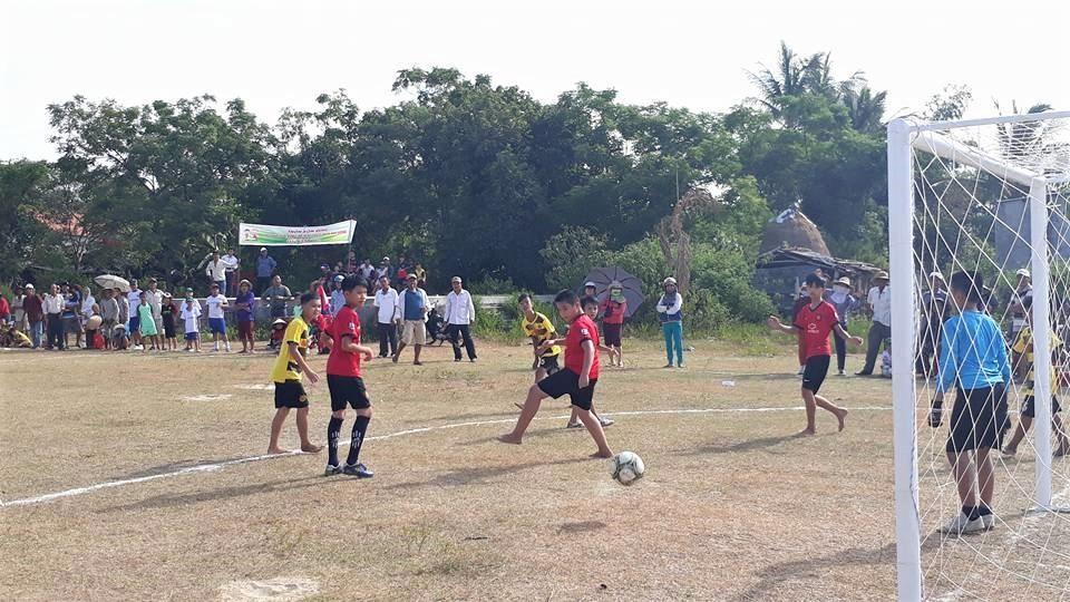 Những giải bóng ở thôn, khối phố tại Điện Bàn luôn hấp dẫn. Ảnh: B.T