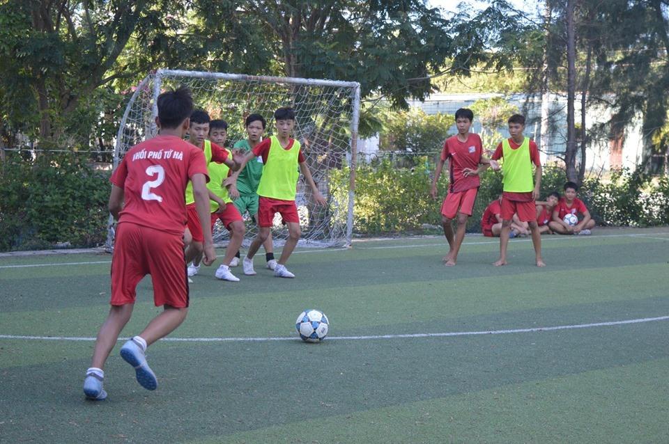 Một pha đá phạt tại giải bóng đá thanh thiếu niên khối phố Tứ Hà, phường Điện Ngọc. Ảnh: B.T