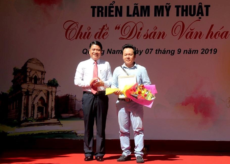 Phó Chủ tịch UBND tỉnh Trần Văn Tân trao giải A cho họa sĩ Lê Đình Chinh. Ảnh: CÔNG THIỆM