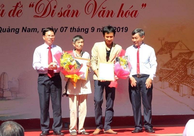 Trao giải B cho tác giả Nguyễn Văn Huy (Quảng Nam) và Nguyễn Tường Vinh (Đà Nẵng). Ảnh: CÔNG THIỆM