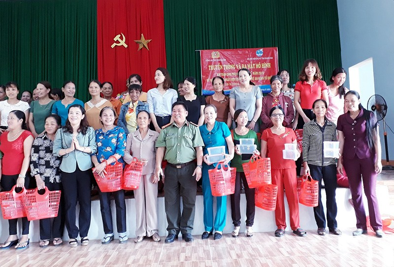 Hội LHPN xã Tiên Mỹ trao giỏ, hộp nhựa cho các hội viên sử dụng đi chợ thay cho túi ni lon.