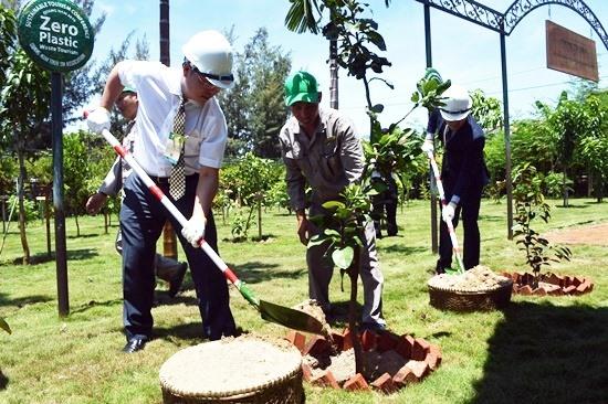 Các đại biểu trồng cây xanh - như là một hành động thể hiện sự phát triển bền vững và thân thiện với môi trường của ngành du lịch. Ảnh: VĨNH LỘC