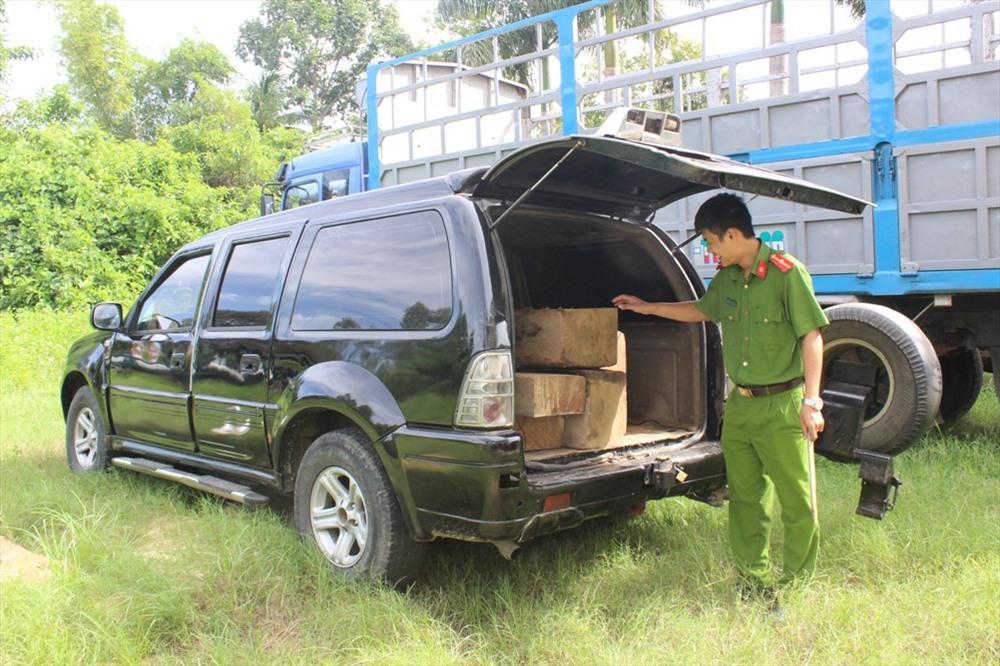 Chiếc ô tô 37A-126.38 chở hơn 1m3 gỗ không nguồn gốc. Ảnh: THANH THẮNG