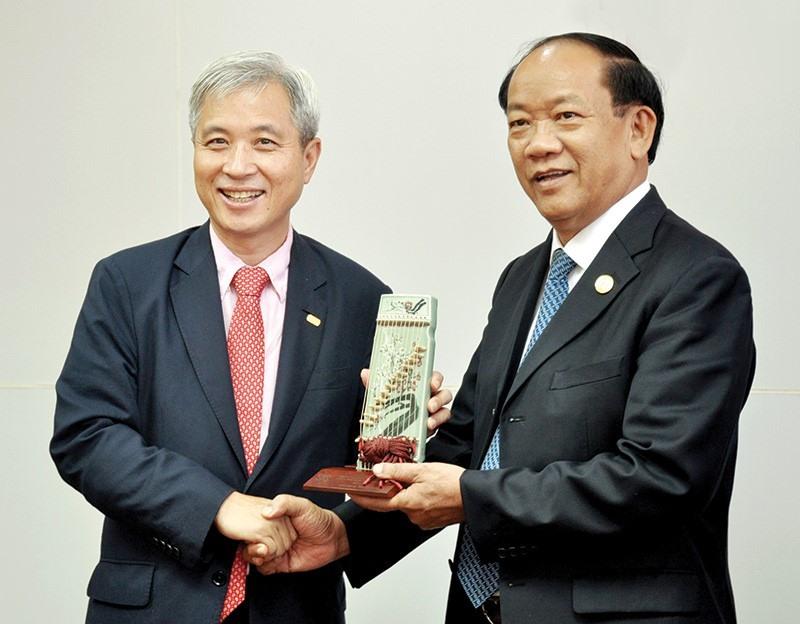 Mayor Kwak Sang Wook (L) and Chairman Thu.
