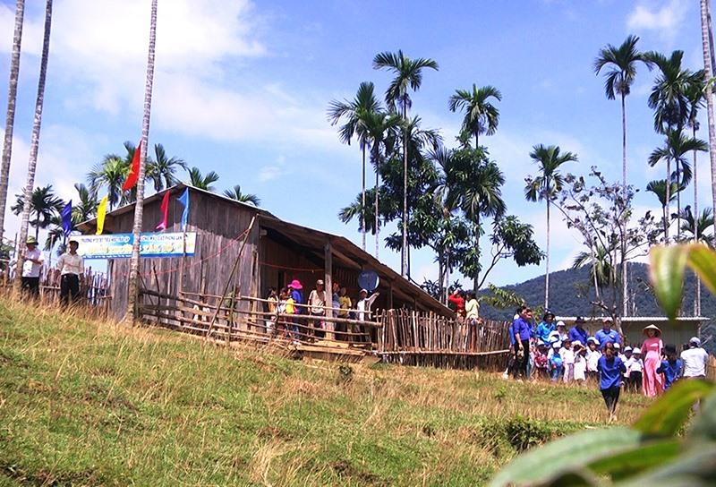 Điểm trường Tăk Pổ nằm giữa núi đồi. Ảnh: TUẤN TÚ
