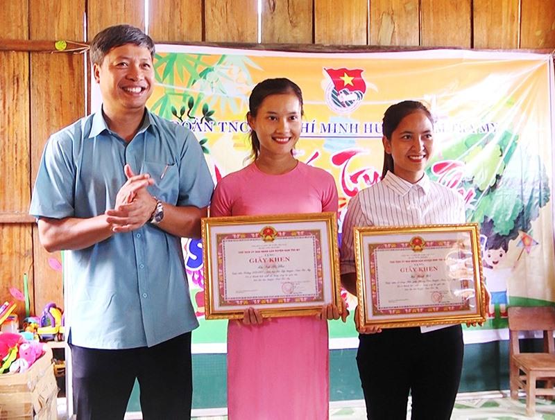 Ông Hồ Quang Bửu - Chủ tịch UBND huyện Nam Trà My trao giấy khen cho 2 cô giáo điểm trường Tăk Pổ. Ảnh: TUẤN TÚ