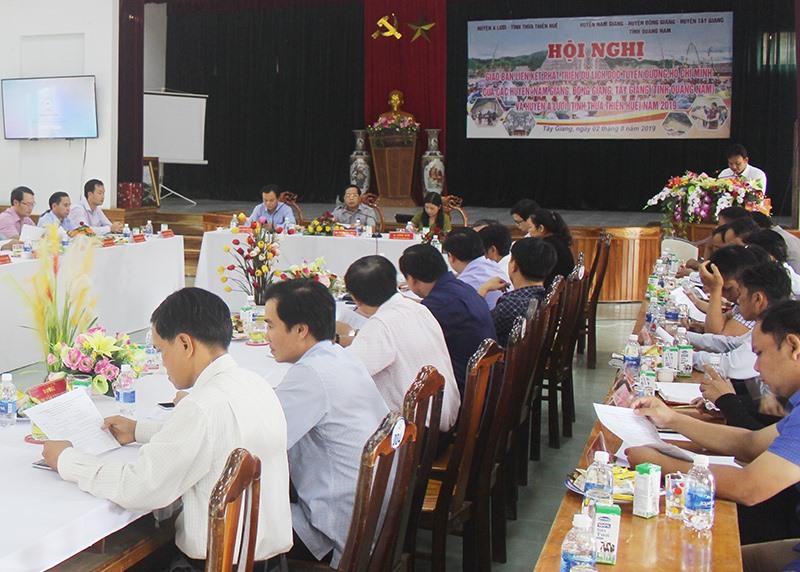 Hội nghị giao ban liên kết phát triển du lịch 4 huyện Tây Giang, Đông Giang, Nam Giang (Quảng Nam), A Lưới (Thừa Thiên Huế), tổ chức tại huyện Tây Giang. Ảnh: HIỀN THÚY