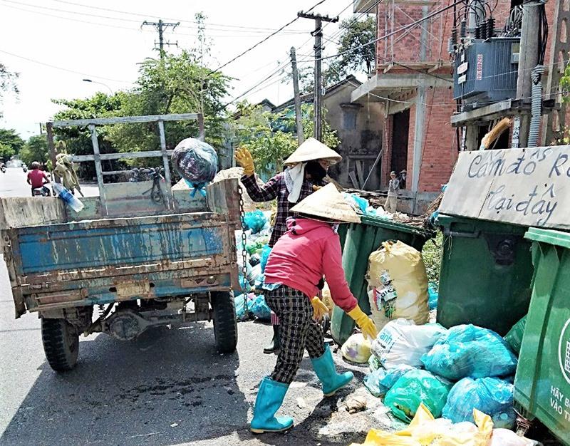 Xã Tam An tiến hành thu gom rác thải để giảm thiểu ô nhiễm môi trường. Ảnh: M.N