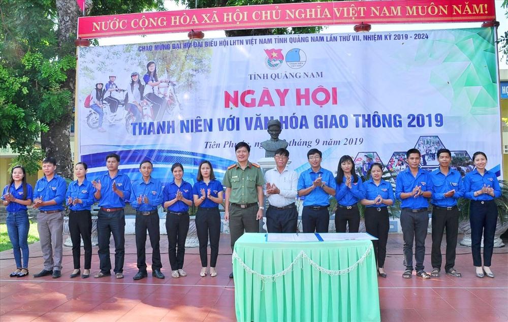 Tỉnh đoàn, Hội LHTN Việt Nam tỉnh và Ban ATGT tỉnh ký cam kết đảm bảo ATGT. Ảnh: L.T