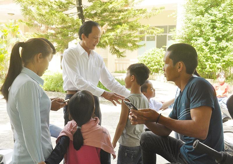 Trưởng ban Nội chính Tỉnh ủy Nguyễn Ngọc Truyền thăm hỏi con em được các phụ huynh chở đến trụ sở Ban Tiếp dân tỉnh sáng 16.9. Ảnh: N.Đ