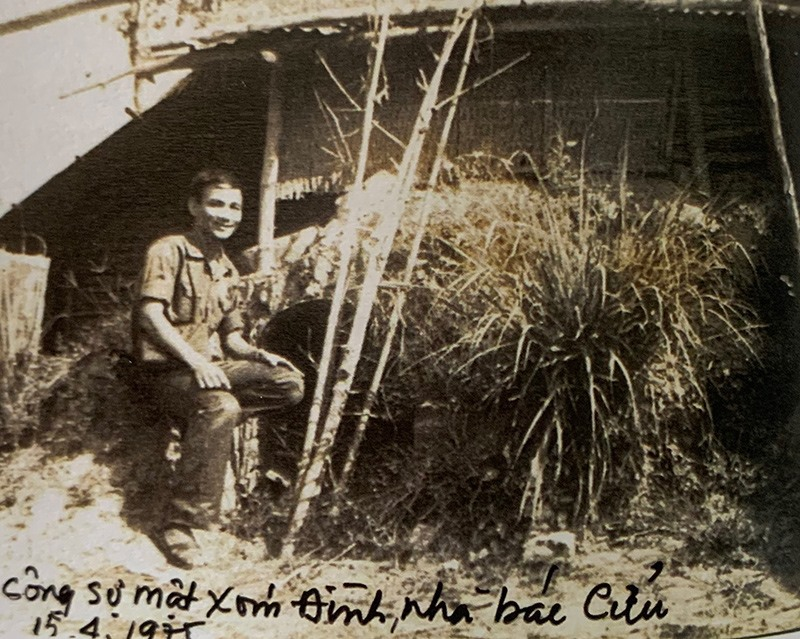 Tấm hình được chụp năm 1975, ông Thuyết bên hầm bí mật nhà cụ Cửu. Ảnh: N.V.C.C