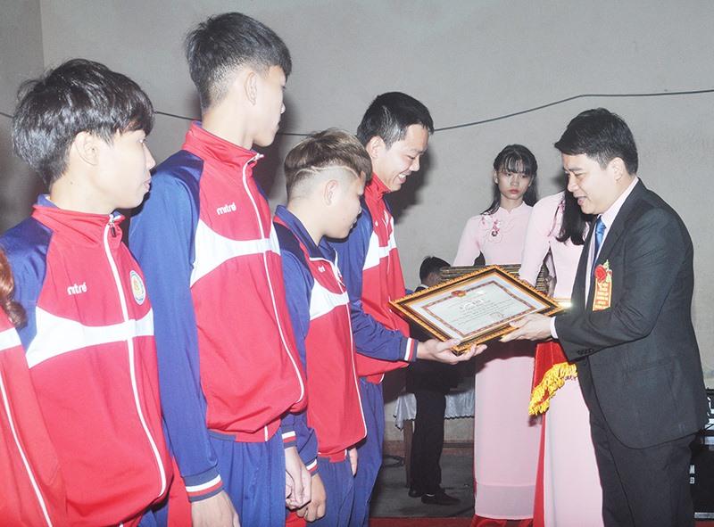 Phó Chủ tịch UBND tỉnh Trần Văn Tân tặng Bằng khen cho các VĐV thi đấu đạt thành tích cao. Ảnh: T.V
