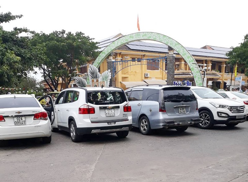 Nhiều xe đậu đỗ vô tội vạ trên đường phố Hội An. (Ảnh do CTV cung cấp)