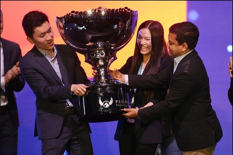 Công ty Abivin nhận cúp quán quân Cuộc thi khởi nghiệp sáng tạo quốc gia thuộc Techfest Vietnam 2018. Ảnh: P.V