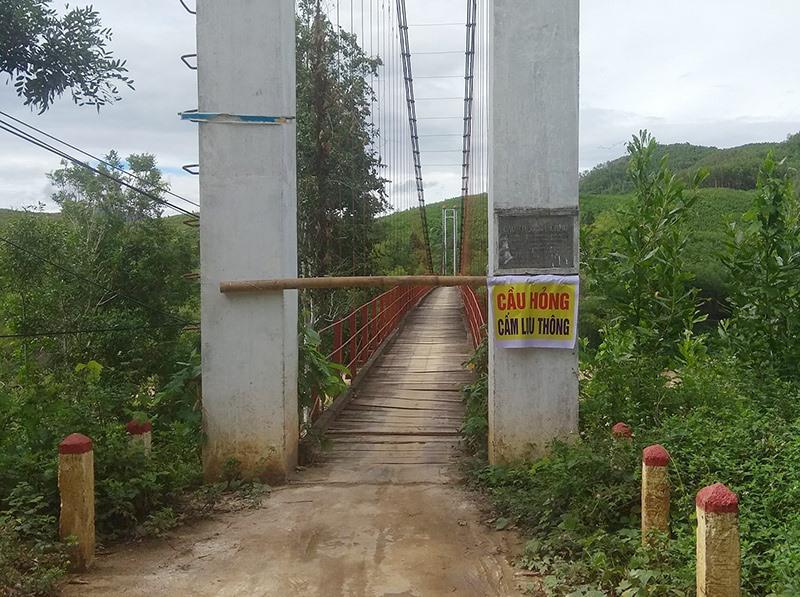 Cầu Bà Chầu (Thăng Phước) treo bảng cấm qua lại.Ảnh: H.A