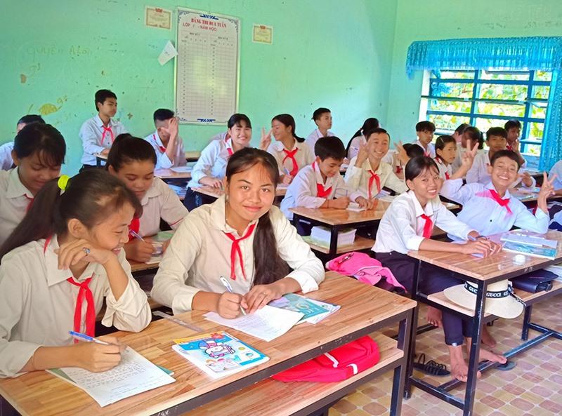 Niềm vui của học sinh vùng cao khi được ngồi học trên bàn ghế mới. Ảnh: Đ.N