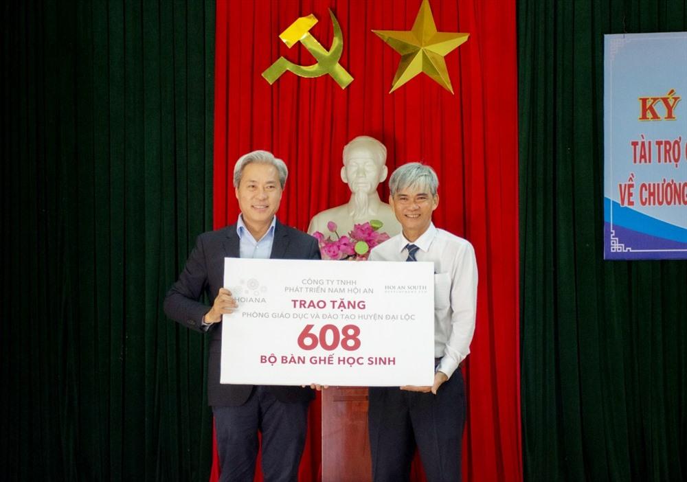 Ông Don Lam - Chủ tịch HASD trao tặng 608 bộ bàn ghế học sinh. Ảnh: T.D