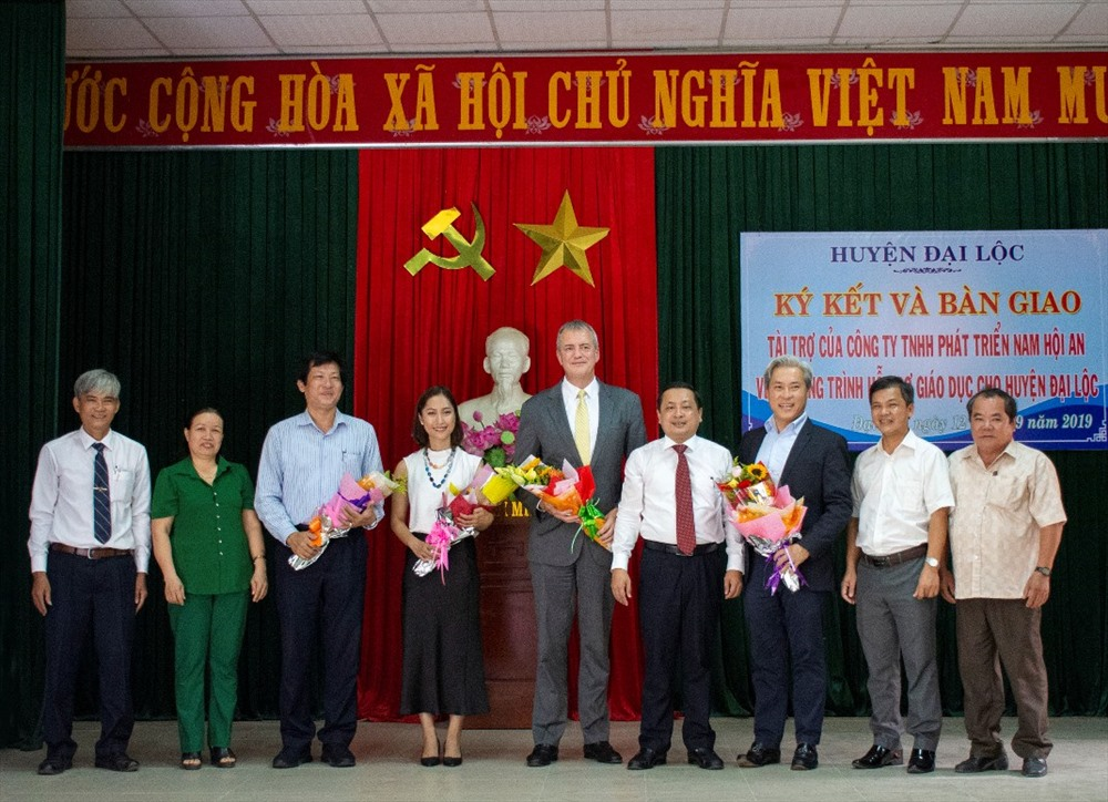 Huyện Đại Lộc tặng hoa đơn vị tài trợ. Ảnh: T.D