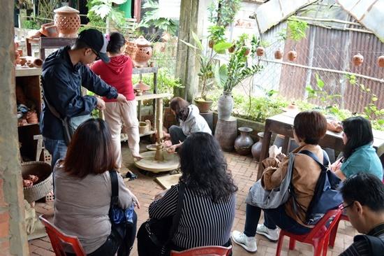 Làng gốm Thanh Hà trở thành điểm du lịch thu hút khách tham quan. Ảnh: K.LINH