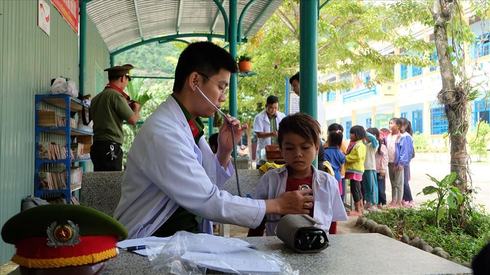 Khám bệnh cho học sinh. Ảnh: M.L