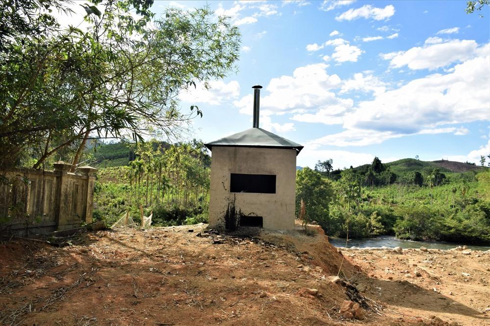 Lò đốt rác thải tại chỗ ở xã Phước Hiệp (Phước Sơn). Ảnh: THANH THẮNG