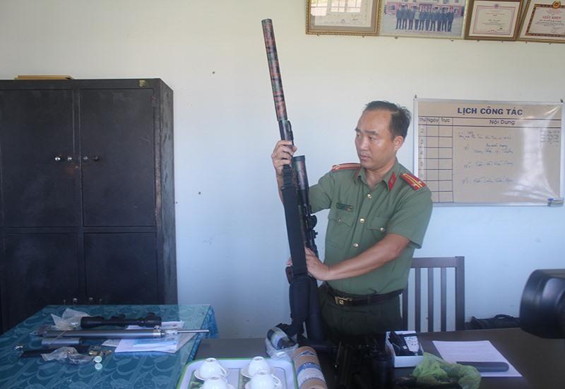 Công an Núi Thành thu giữ súng săn trái phép. Ảnh: VĂN PHIN